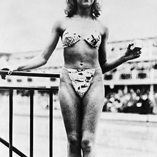 Primer modelo de bikini presentado por la streaper Michele Bernandini.