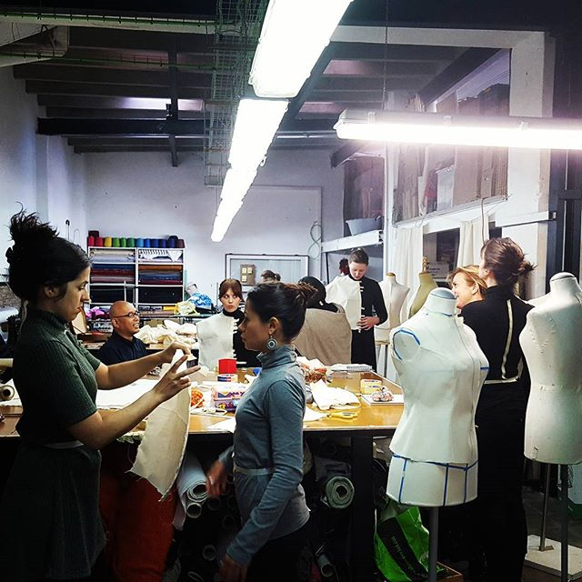 Hoy empezamos la semana de cursos con Shingo Sato ! Moulage sobre cuerpo  #muchafibra #shingosato #barcelona #bcn #cursodecostura #patterndrafting #patternmaking #patterndesign #costuramedida #altacostura #hautecouture #mademyclothes #doityourself