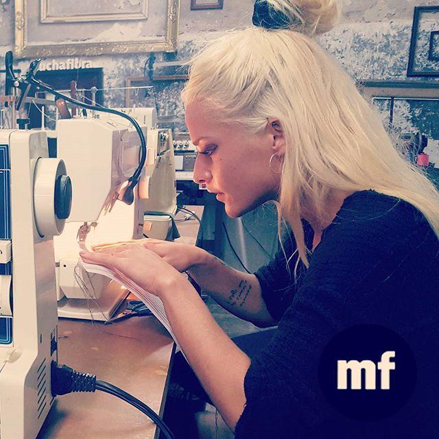Aprendiendo a coser liñas, aprendiendo practicando  Nosotros te enseñamos todos los miércoles y los viernes! Infórmate en nuestra página web www.muchafibra.com o contactanos al 935 665 157#sewingclasses #muchafibra #barcelona #handmade #doityourself