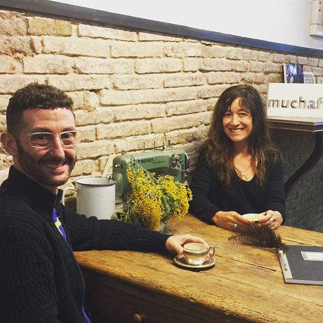 Disfrutando y riéndonos  en el #cafecouture con mi amigo  Estanislao El diseñador y creador del sistema @eometric, compartiendo ideas , dudas  y trucos que nos permiten avanzar en ese oficio tan amplio de posibilidades???? ️ #muchafibra #barcelona #madewitheometric #sewingclasses #friends #cafecostura #sewingcafe #coworking