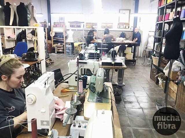 Comenzamos el día con lluvia, sin embargo con mucha luz y energía en el taller…#muchafibra #coworking  #taller #atelier #workshop #cursos #cursosbarcelona #costura #coser #patronar #coworkingbarcelona