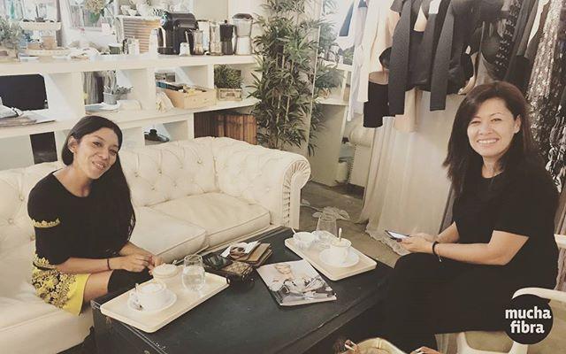 Comenzamos la mañana con nuevas alumnas en nuestro cafe couture, vente a conocerlo #cafecoutoure #muchafibra #fashion #fashionbarcelona #cursos #coworking