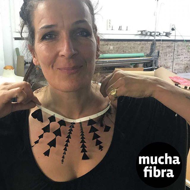 @adoromioro_ethical_jewellery  investigando las diferentes técnicas de plumas para el mundo textil y accesorios , únete a nuestro curso de plumeria, a partir del jueves 23 de noviembre impartimos el curso, Infórmate en nuestra web www.muchafibra.com o llámanos al 935665157#muchafibra #coworking #cursos #plumeria #featherdesign # #feathers #accessories #plumeriabarcelona