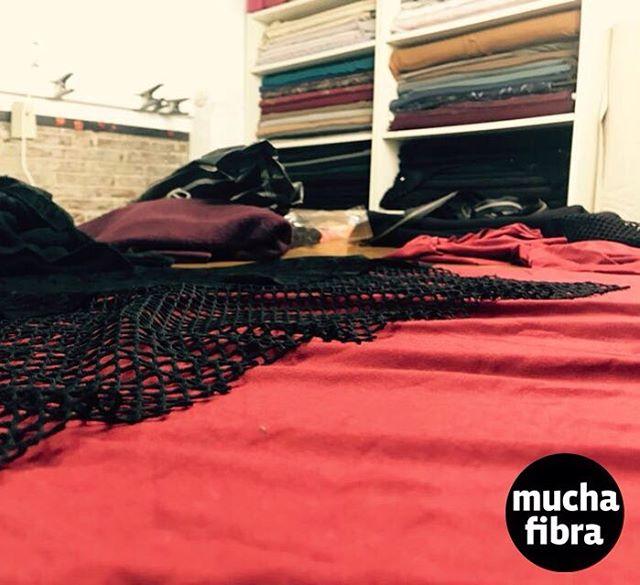 Entre tejidos terminando el año, llenos de energía y nuevos proyectos!#muchafibra #coworking #doityourself #cursos #cafecouture #textiles #2017 #fashion #modbarcelona ##findeaño2017 #rojo #cursos #bragasrojas