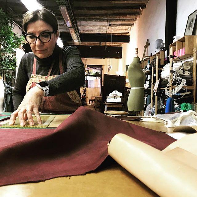 Hoy les presento a Marie Carmen alumna nuestra en el curso de marroquineria ! Marie Carmen a dirigió una academia de costura y enseño a coser durante mucho años. Ella lo dejo hace 28 años para criar a su tercer hijo... hoy en dia sigue  apasionada por la costura, el #patchwork y esta descubriendo las tecnicas del #cuero y de la #piel  que ya saben es como una matricula aparte Quien decía que la costura engancha ??? #diy #aprender #todalavida  #marroquineria #barcelona  #academia #cursos #mola