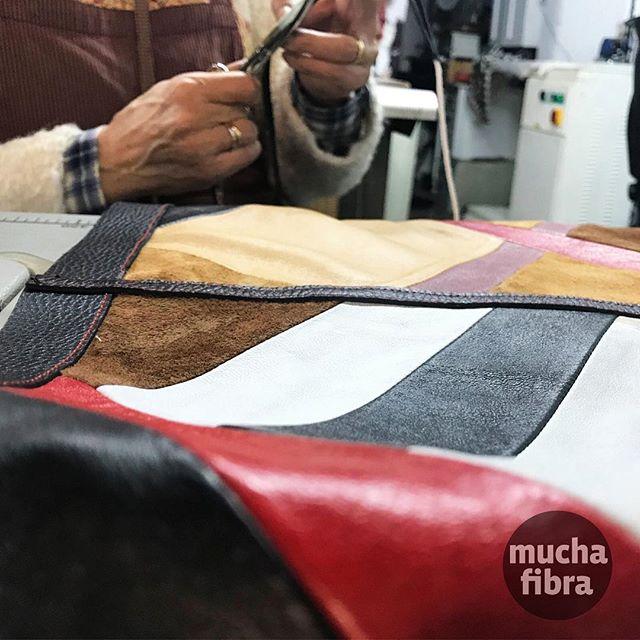 Mira que trabajo!! Un patchwork de líneas perfectas hecho de unos de nuestras alumnas, Marie Carmen!! Finalmente será un bolso maravilloso con sus los colores bellos y texturas…esta se puede realizar en el nivel avanzado del curso de marroquinería! #creación #marroquineria #workshop #curso #diseñar #cuero #modabcn #handmade #diseñadora #alumna #muchafibra
