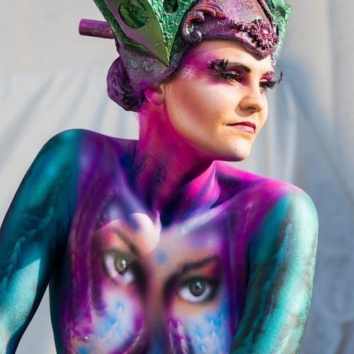 mujer con cuerpo pintado