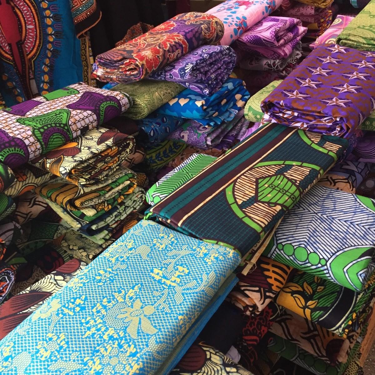 un mercado de telas africanas