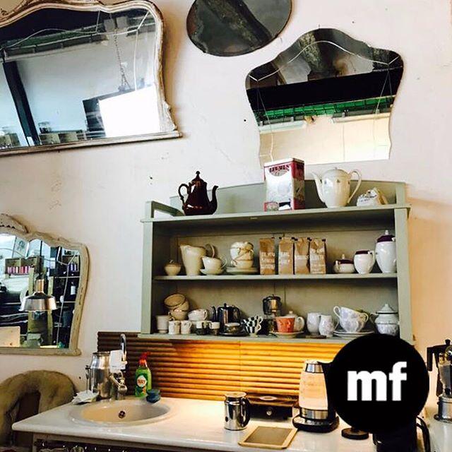 """️???? Nuestro espacio tan acogedor...Relajarte con un café o un """"croissant au beurre"""" en el espacio """"café couture"""" con los otros diseñadores! Estarás en un entorno de muebles vintage y plantas para inspirarte mientras descasas un rato de coser. Pero también puedes  visitarnos cuando tú quieras cada día de la semana, 10-14h y 16-20h y en vez de mirar el móvil nos veras a nosotras durante el proceso de creación y de producción. Un buen plan verdad? #cafecouture #croissant #coffeebreak #socialclub #coworking #comunidad #taller #sewingbarcelona #diseñadores #muchafibra #bcn"""