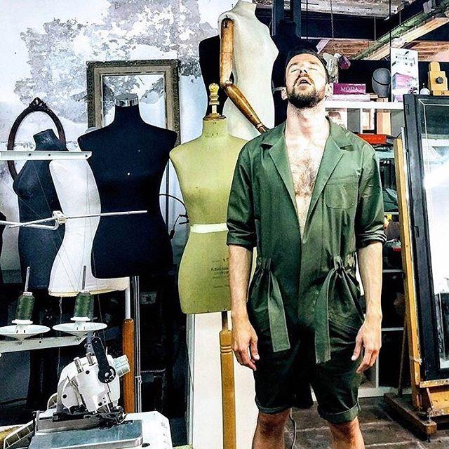 dia 9Muyyy feliz cumple a Lach! Nuestro talentoso coworker cumple 40 !! el diseña su propia ropa, por eso siempre va tan guapo. De echo cada ves que sale la gente le encarga ropa …la que lleva el … somos fans de @super-lach, y  mira que mono !!#40años #besttime #coworker #comunidad #costura #barcelona #diseñadores #muchafibra #coworking #consultortextil #cursodecostura