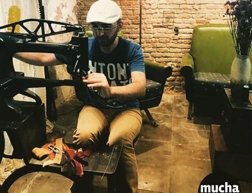 Arman de Armenia cosiendo con la muy antigua #maquinadecoser #zapatos  recuerda que tenemos #curso de #marroquineria este jueves por la tarde infórmate !! #aprender #coser #cuero #leathercraft en #barcelona #patronaje