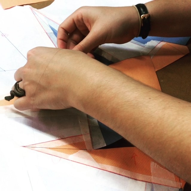 #origamitextil matinal ????♀️️???? nuestros alumnos están muy concentrados.Va a ser un día intenso  en #creatividad y #aprendizaje con #shingosato.• ️•#patronaje #origamitextil #pattern #origami #patronajeclase #patternmaking #cursopatronaje #nuevosdiseñadores #diseñadoresemergentes #muchafibra #maestrosde costura