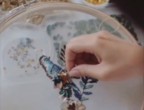 ¡CREA SIN LÍMITES! #bordadoconpiedras #plumería •Compartimos el proceso creativo de #MISHKAAOKI, los detalles en #plumeria y #pedreria dan vida a sus colecciones.️¡PREPÁRATE! En NOVIEMBRE tendremos los cursos de #plumeria y #bordadoconpiedras. ¡Ya puedes reservar tu plaza!.️935665157.•#muchafibra #plumasserie #plumeria #bordados #embroidery #pedrería #tocados #sombreros #fascinator #boda #weddingdress #modabarcelona #handmade #trajesdenoche #arteenplumas #barcelona #diseñadoresemergentes