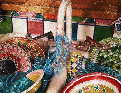 ¡Sí, es Pedrería!Lo que se puede hacer con aguja, hilo y pedrería es increíble, verdad? Si te apasiona y quieres aprender recuerda que tenemos el #workshop de #bordado con #pedrería.17 y 18 de Noviembre.+info ️935665157 ¡Llámanos!••#lizalou comenzó su carrera creando una cocina tamaño real cubierta íntegramente con #pedrería, increíble su trabajo! •#muchafibra #embroidery #bordadoconpiedras #tocados #fascinator #altacostura #weddingdress #modabarcelona #handmade #diseñadoresemergentes #trajesdenoche #novias #weddingdress #bordados #boda #barcelona  #workshopbordado