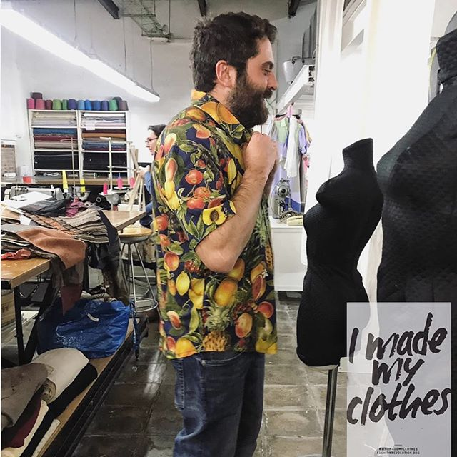 JuanJoluciendo la camisa que cosió él mismo en las clases de #patronaje asistido! 🏻🏻🏻🏻🏻🏻🏻Nos hace felices que cada vez más personas se sumen a la #fashionrevolution, vestirnos no debe significar la destrucción del planeta o la explotación de personas. ¡Anímate a crear tu propia ropa! Entre todos podemos cambiar la realidad.•#imademyclothes #fashionsustainability #muchafibra #disseny #cosewing #imadeyourclothes #muchafibra #modasostenible